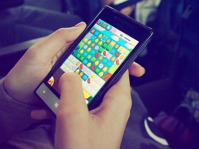 怪しい?【ブロックチェーンゲーム】とは何か?スマホアプリで稼いで副業になるかも!?